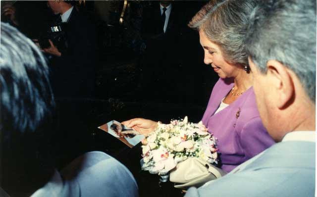 Paraguay 20 Ottobre 1990 La Regina Sofia mentre guarda una foto delle stimmate.
