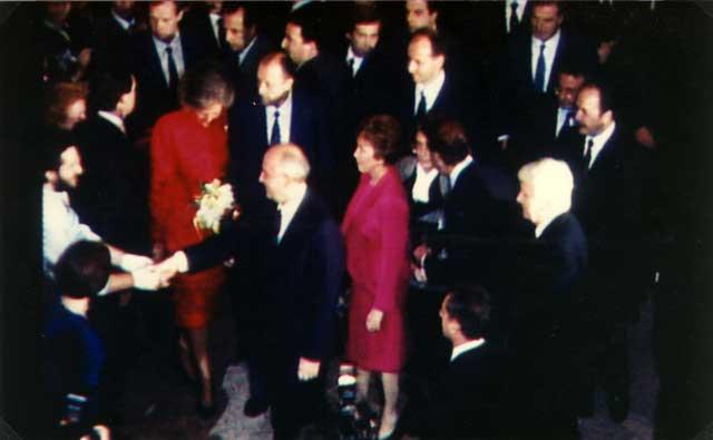 Spagna - Madrid Auditorium Musicale 27 Ottobre 1990 Giorgio Bongiovanni incontra Mickail Gorbaciov, sua moglie Raissa e la Regina Sofia di Spagna.