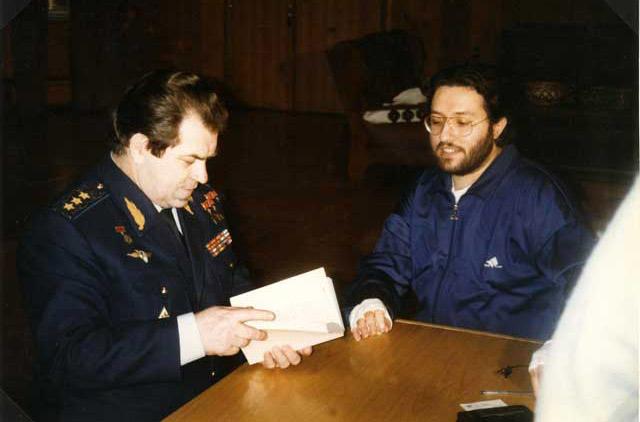 """Russia - Mosca """"Centro controllo dei voli Spaziali"""" Il Generale Kovalënok mostra i disegni del suo avvistamento a Giorgio Bongiovanni."""