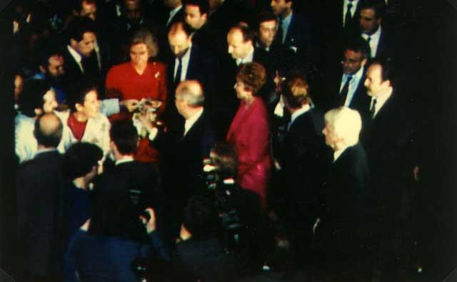 Filippo Bongiovanni mentre porge la foto delle stimmate di Giorgio al Leader Russo M.Gorbaciov.