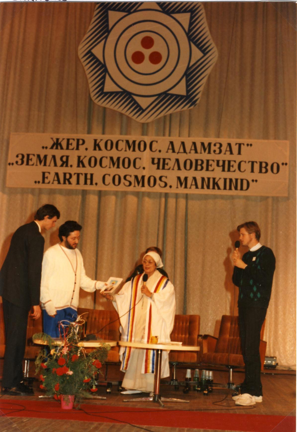 Alma Ata - Kazakistan 19 Ottobre 1992 Giorgio Bongiovanni al Congresso Mondiale per la Concordia Spirituale.
