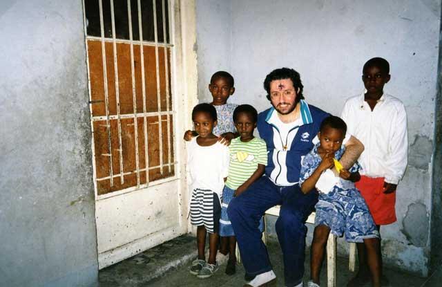Kinshasa Natale 1995 Giorgio con i bambini.