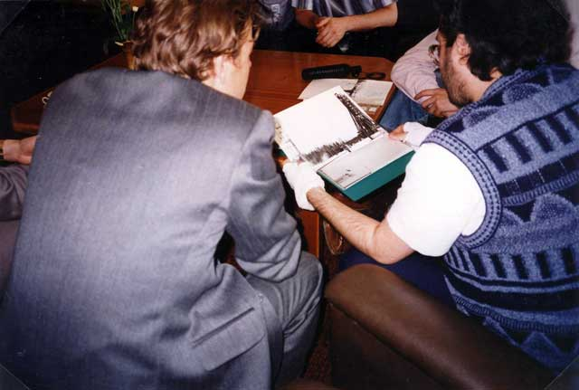 Russia - Mosca 17 Giugno 1997 Militari Russi mostrano a Giorgio le foto ufo del loro archivio.